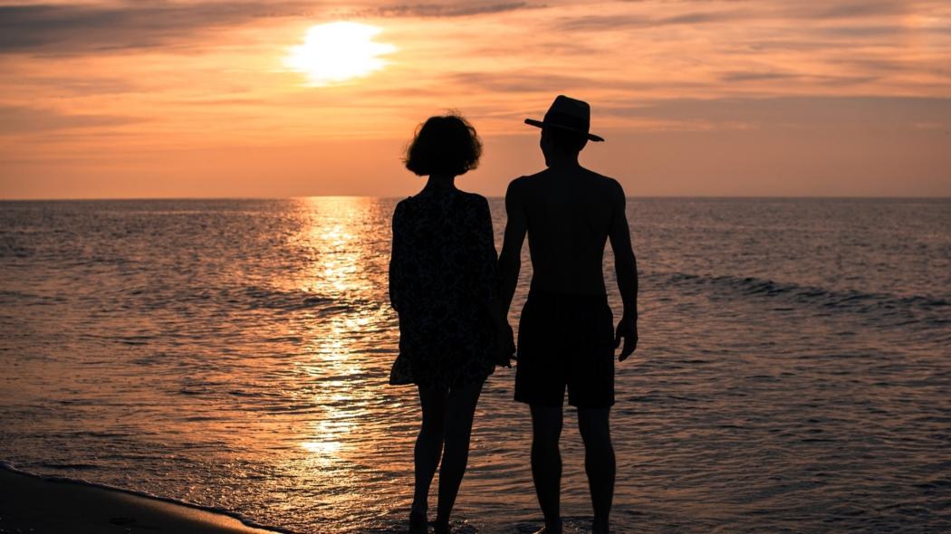 love_romance_relationships_sea_summer_couple_girl_man_hands_sunset_sun_sky_dusk_68259_1920x1080.jpg